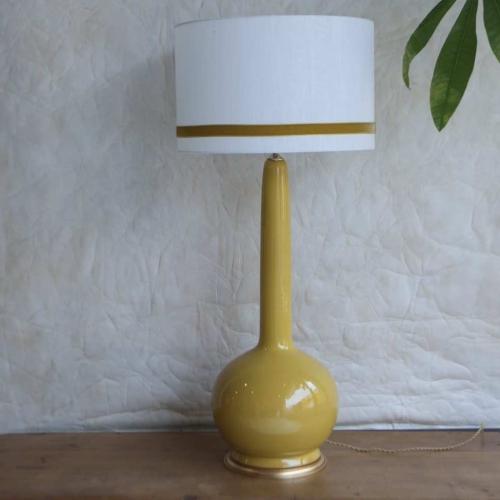 Lámpara  con fondo blanco y cinta ocre