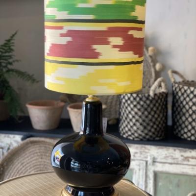 lampara esmaltada en negro colores ikat de seda color amarillo ,verde ,rojo , blanco y negro