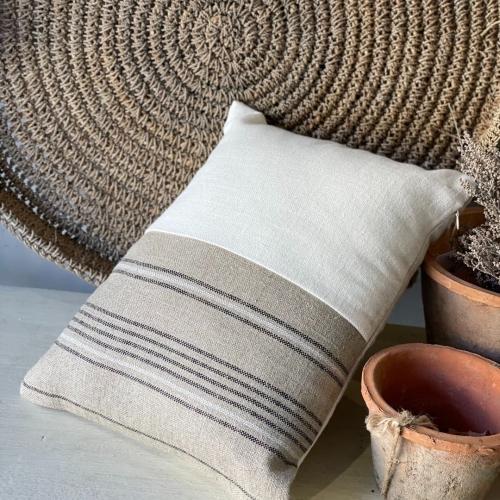 Almohadón blanco en tonos arena