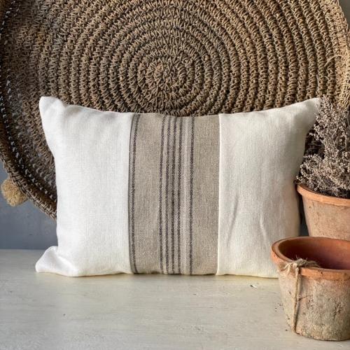 Almohadón blanco combinado con tonos arena
