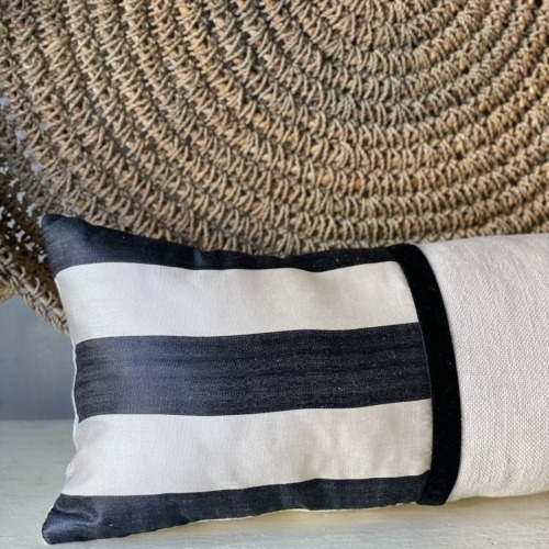 Almohadón en lino arena/ ikat negro y beige