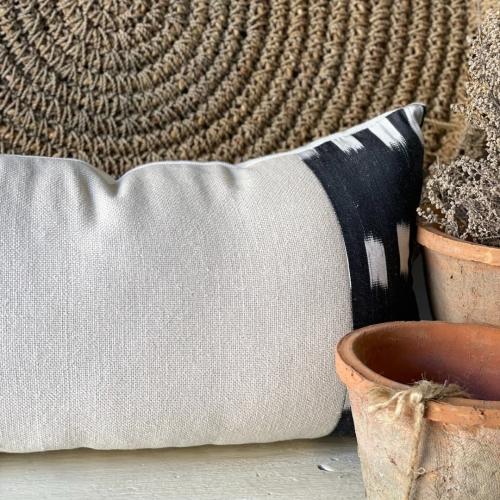 Almohadón lino color arena combinado con ikat de seda en tonos negros