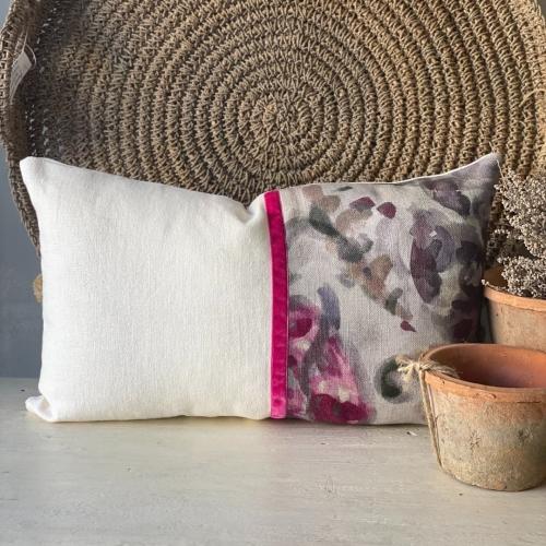 Almohadón blanco combinado con tonos rosa