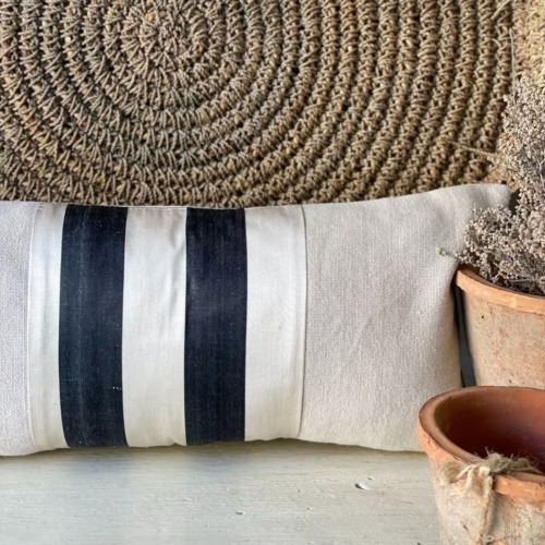 Almohadón blanco con rayas negras