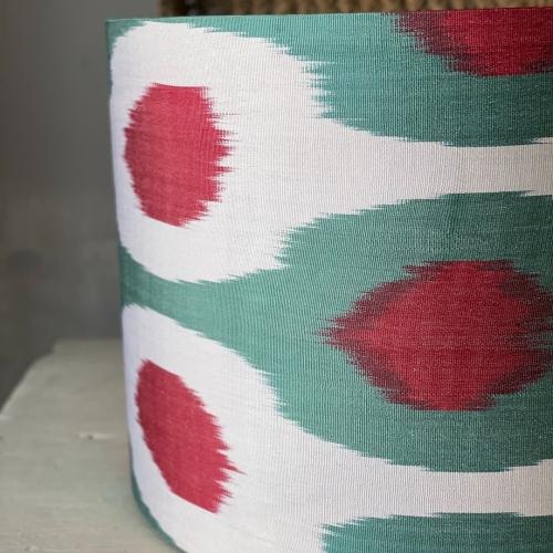 Pantalla cilíndrica en tonos verde, rojo y blanca.
