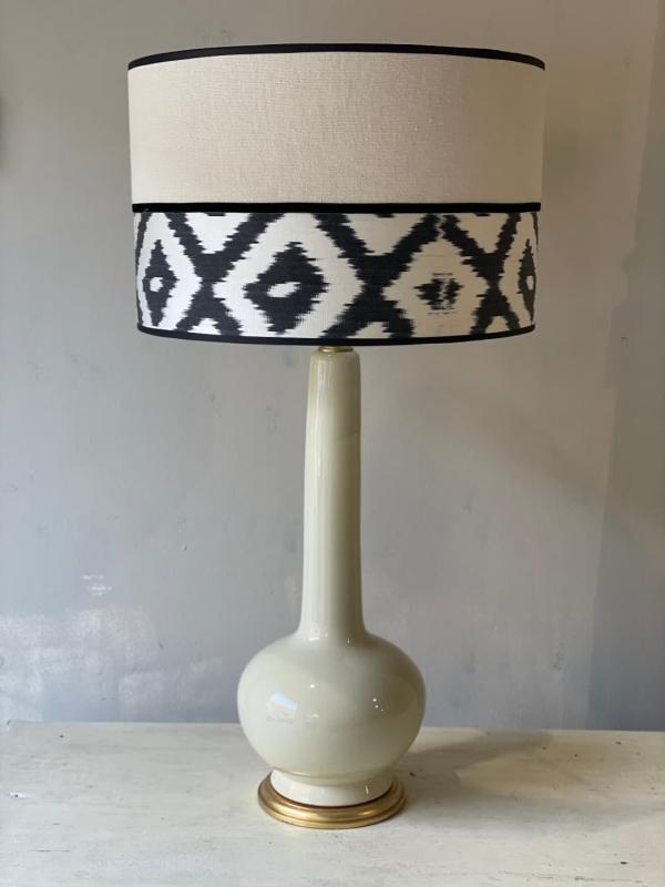 lampara blanco roto y pantalla en lino e ikat