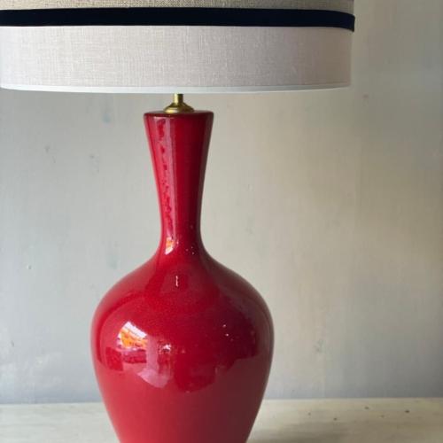 Lámpara roja en lino color arena