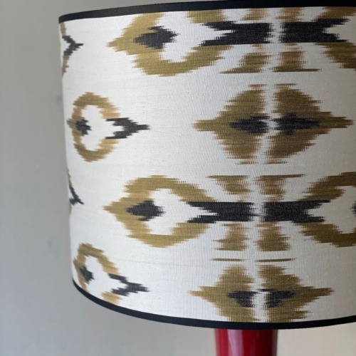 Lámpara roja en ikat blanco