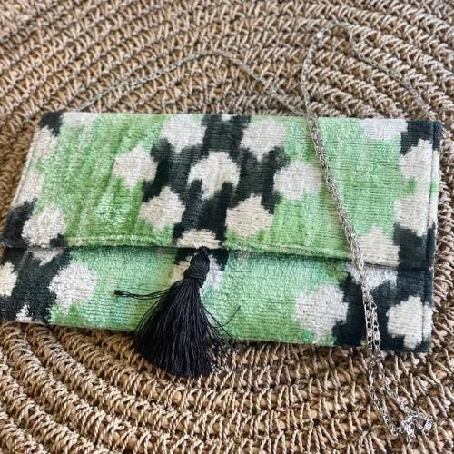 Cartera verde en tejido ikat