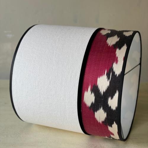 Pantalla cilíndrica , lino blanco/ikat en tonos blanco, frambuesa y negro