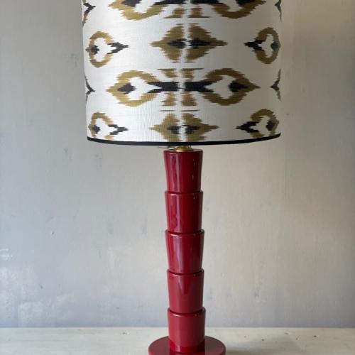 lampara roja en ikat blanco