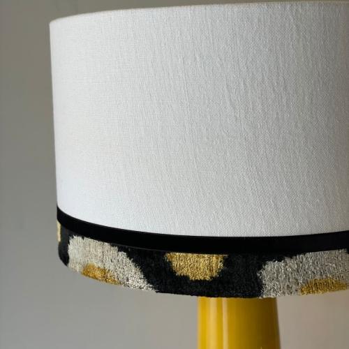 Lámpara mostaza con pantalla en ikat y lino