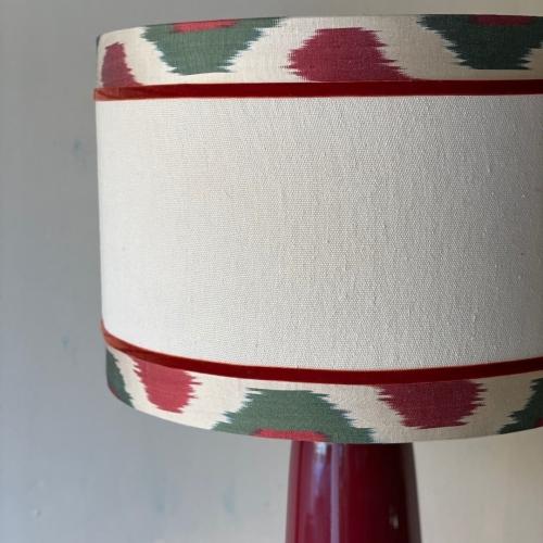 Lámpara rojo oscuro con pantalla lino e ikat