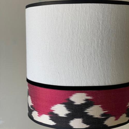 Lámpara de sobremesa en lino e ikat rojo