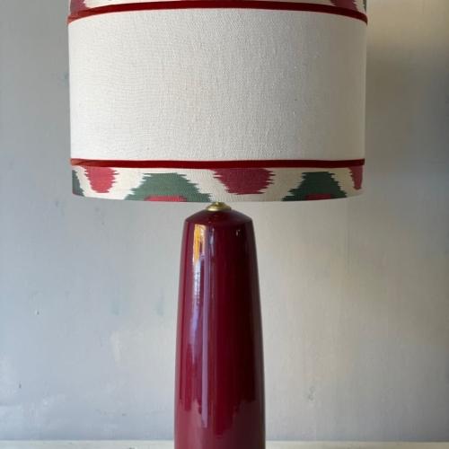 lampara rojo oscuro y pantalla lino e ikat