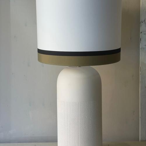 Lámpara blanca y pantalla en lino