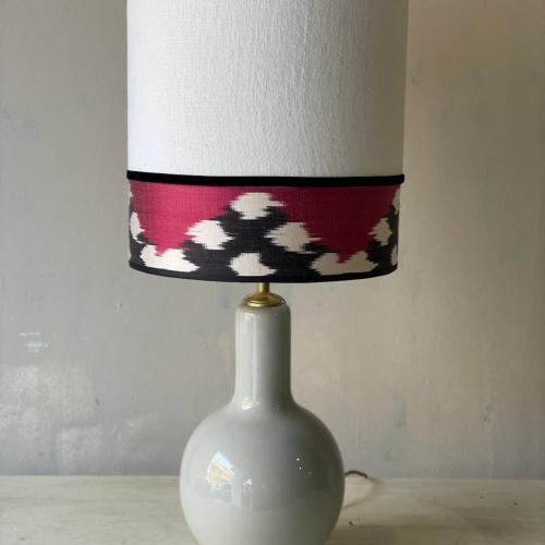 lampara gris lino blanco e ikat rojo