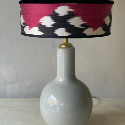 Lámpara gris en lino blanco e ikat frambuesa , blanco y negro