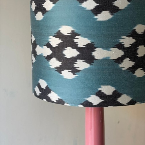 Lámpara rosa /pantalla en ikat en tonos azules