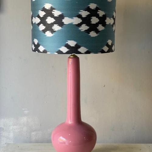 lampara rosa en ikat tonos azules